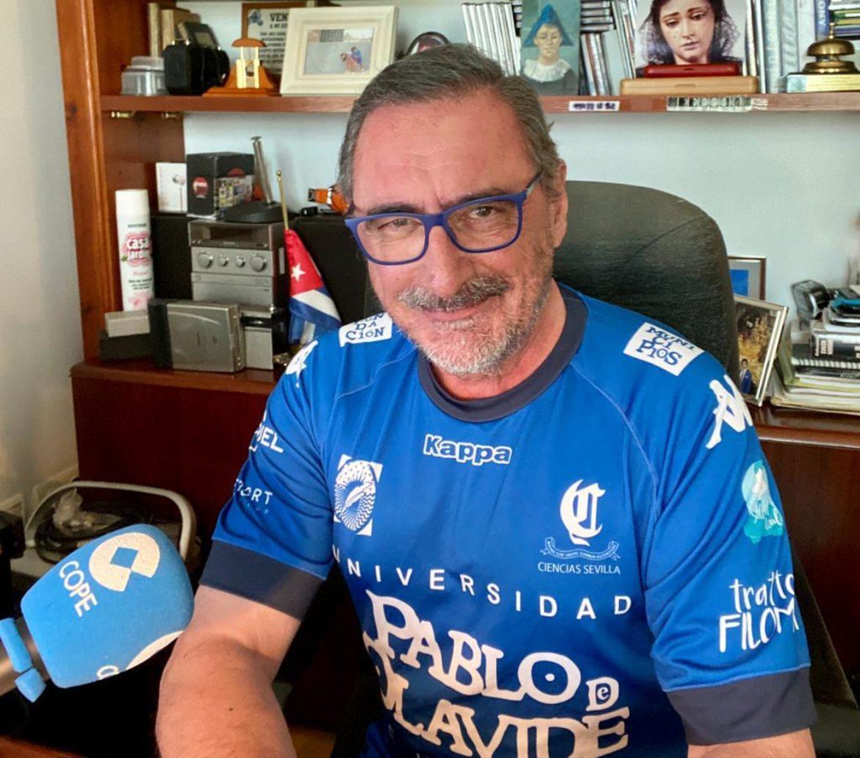 Carlos Herrera con la camiseta del Ciencias Cajasol Olavide